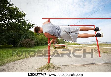 fc9d00c8457a Condición física, deporte, entrenamiento, y, estilo de vida, concepto, -,  joven, ejercitar, en, barras paralelas, aire libre