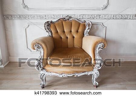 Soggiorno, con, anticaglia, elegante, beige, poltrona, su, lusso, parete  bianca, disegno, bassorilievo, stucco, modanature, roccoco, elementi  Archivio ...