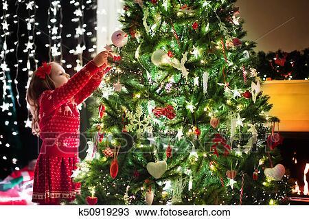 Weihnachten Kinder.Kind Dekorieren Weihnachten Baum Weihnachten Für Kinder Stock Bild
