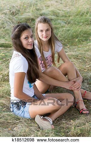 Bilder Zwei Mädchen Von 14 Jahre Auf Dass Natur K18512698