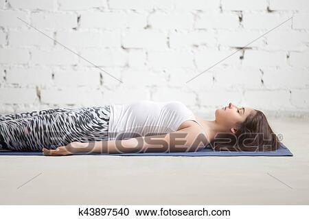 jovem atraente mulher em savasana pose branca