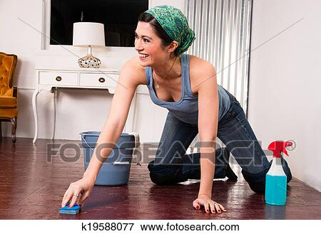 Fußboden Putzen ~ Bild bezaubernd hausfrau machen putzen lästige arbeit