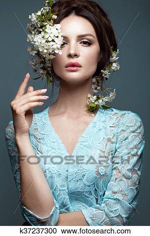 Hermoso Morena Niña En Vestido Azul Con Un Apacible