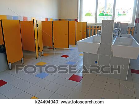Cuarto de baño, de, el, jardín infantil, con, blanco, cerámico, fregaderos,  y, puerta Colección de imágen