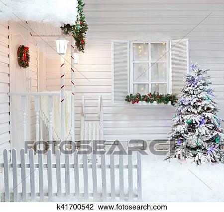 Decorazioni Natalizie Esterno Casa.Esterno Inverno Di Uno Casa Paese Con Decorazioni Natale In Il Americano Style Innevato Cortile Con Uno Veranda Albero E Legno