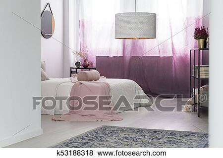Beelden witte lamp in roze slaapkamer k zoek stock