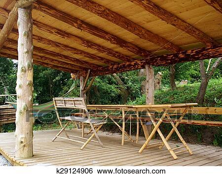 Stock afbeeldingen traditionele hout pergola in een