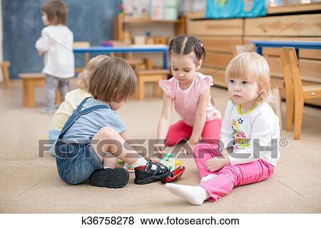 Niños jugar, juegos, en, jardín de la infancia, playroom Colección de foto