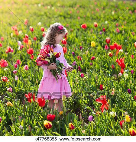 Petite fille, dans, tulipe, jardin fleur Banques de Photographies ...