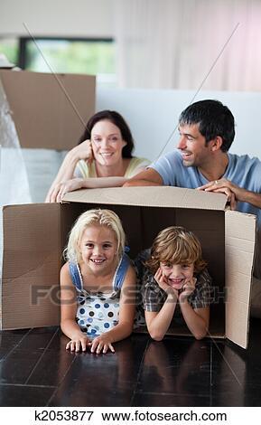 Foto Familia Feliz Juego En Casa Con Cajas K2053877 Buscar