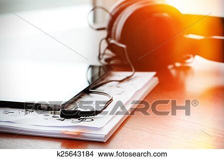 Dibujos Tableta De Digital Con Auriculares En Notas Musicales