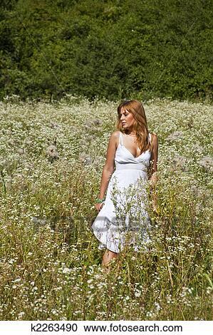 f7ad4d9a53220 Arquivos de Fotografia - mulher caminhando, em, selvagem, jardim ...
