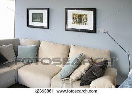 Soggiorno, con, divano, blu, parete, disegno interno Archivio Immagini