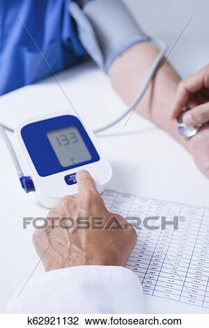 Docteur, mesurer, les, tension artérielle, de, a, personne..
