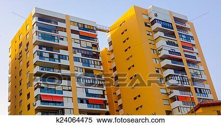 Moderno Edificios Con Balcones Y Terrazas En Amarillo