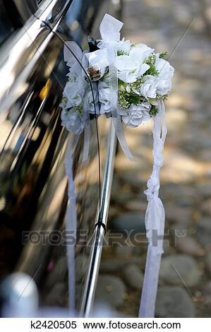 Stock Bild Weisse Hochzeit Blumen Dekoration Auf Dass Auto Tur