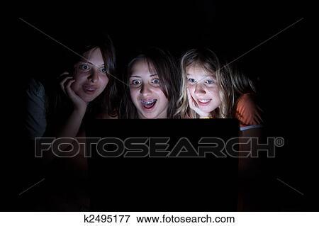 Image Trois Jeunes Filles Seance Dans Noir Tout Regarder