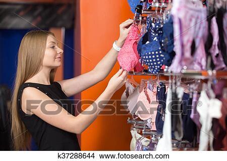 b12ddb079a02 Mujer joven, compra, ropa interior Foto