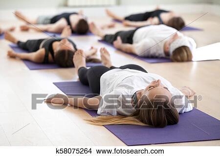 grupo de jovem sporty pessoas corpo morto pose foto