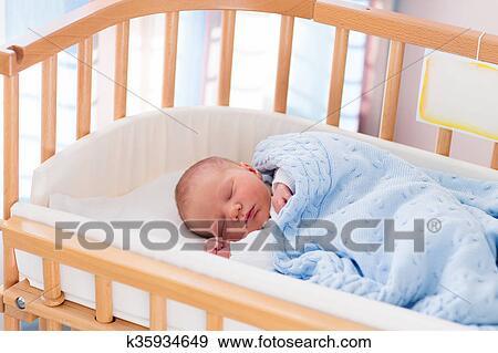 Stock fotografie pasgeboren baby jongen in ziekenhuis