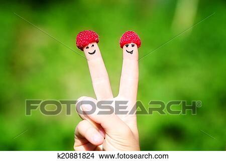 Stock Foto Frohes Ehepaar Finger Mit Himbeeren Und Malen