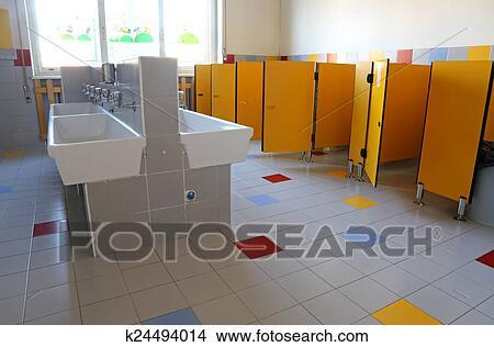 Cuarto de baño, de, el, jardín infantil, con, blanco, cerámico ...