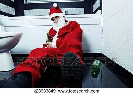 Babbo Natale Ubriaco.Ubriaco Babbo Natale In Pausa A Bagno Con Bottiglia Birra In