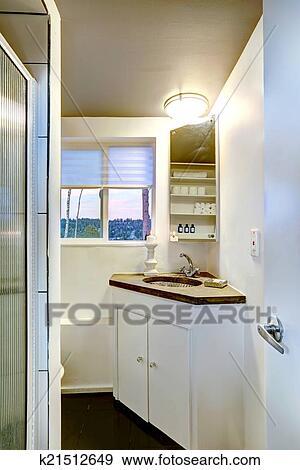 Pequeno Banheiro Interior Com Gabinete Banco De Imagem