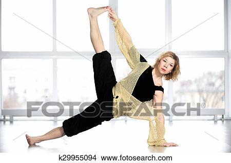 Age Moyen Yogi Femme Dans Yoga Cote Planche Pose Image K29955094 Fotosearch