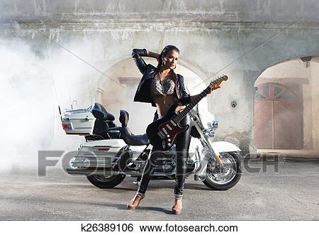 Motorradfahrerin sexy ▷ Motorrad: