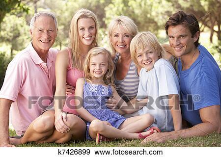 f4a7471eed2 Ένα, οικογένεια, με, γονείς, παιδιά, και, παππούς και γιαγιά, ανακουφίζω  από δυσκοιλιότητα, μέσα, ένα, πάρκο