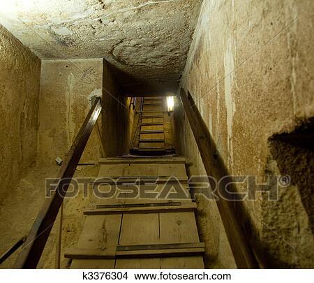 banque de photo intrieur passage pyramide dans caire