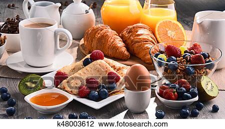 Petit Déjeuner Servi à Café Jus Croissants Et Fruits Banque D Image