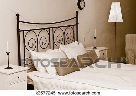 stock bild dass gef lscht kopfbrett von bett mit kissen und a wei coverlet kerzen. Black Bedroom Furniture Sets. Home Design Ideas