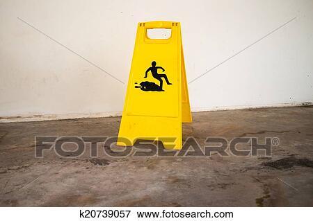 Immagine stare attento di pavimento bagnato segni k20739057
