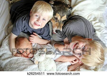 Stock Fotografie Drei Glucklich Junge Kinder Kuscheln Mit