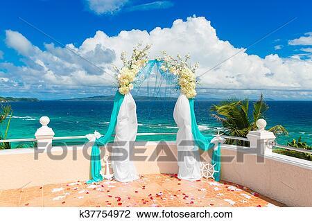 Matrimonio Spiaggia Decorazioni : Cerimonia matrimonio su uno spiaggia tropicale in blue arco