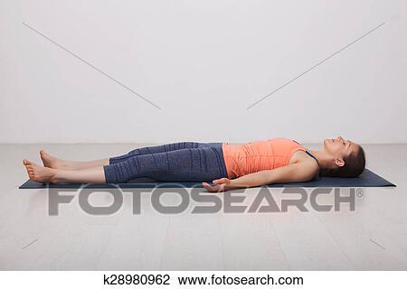 bonito sporty ajustar iogue menina relaxa em ioga