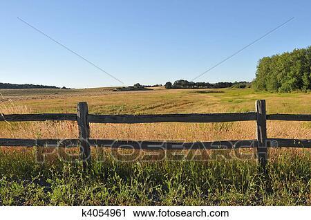 banques de photographies vieux cl ture bois dans a rural champ k4054961 recherchez des. Black Bedroom Furniture Sets. Home Design Ideas
