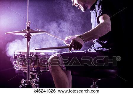 Archivio di immagini uomo giochi musicale strumento
