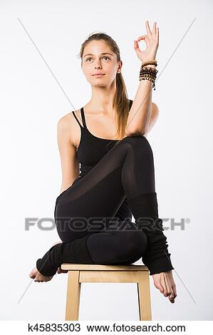 sportif beau jeune femme séance dans gomukhasana