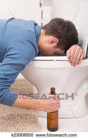 stock fotografie besoffener mann schlafen auf toilette und halten bottle kranker mann. Black Bedroom Furniture Sets. Home Design Ideas