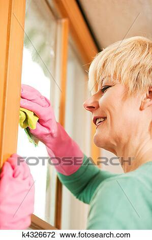 Hausfrau, putzen, sie, windows, in, gummihandschuh Stock