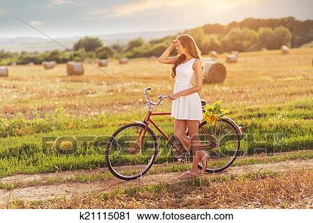 stock fotografie sch ne frau mit altes fahrrad k21115081 suche stockfotos fotos prints. Black Bedroom Furniture Sets. Home Design Ideas