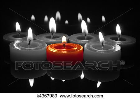 stock fotograf rot kerze mit flamme auf schwarz wei k4367989 suche stock fotografie. Black Bedroom Furniture Sets. Home Design Ideas