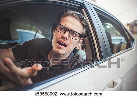 Homem jovem, dirigindo um carro, chocado, aproximadamente