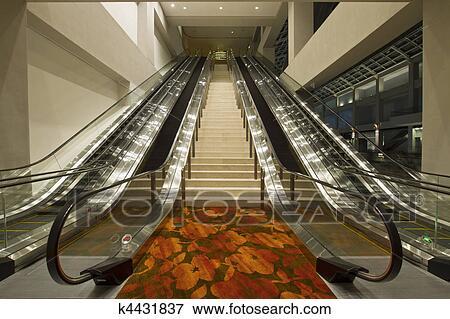 Beeld conventie midden trap en escalators k zoek