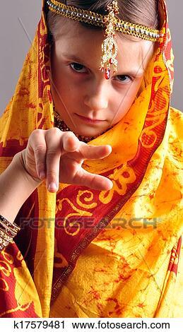 3da43a95 Portrett, av, ei, liten pike, inn, tradisjonelle, indisk, klær, sari, og,  jeweleries