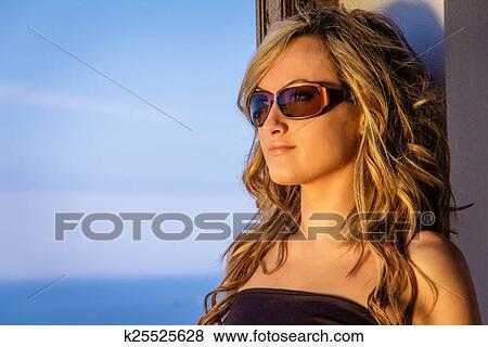nuovo stile cf10a 3fc0c Riccio, biondo, ragazza, con, cima nera, e, occhiali da sole Archivio  Illustrazioni