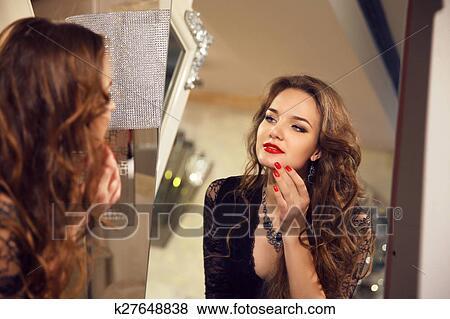 Aantrekkelijk Mooi Jong Meisje Model Kijken In Spiegel Op